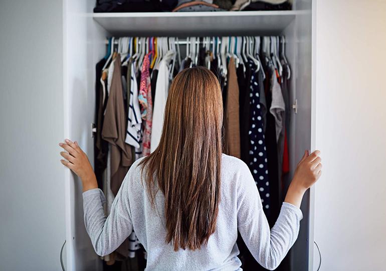 Organização de guarda roupa: 6 dicas práticas para deixar seu guarda roupa impecável